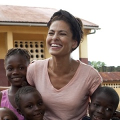 Eva Mendes with the children in Sierra Leone